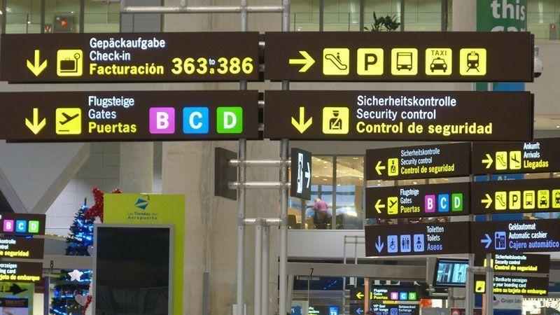 Carteles en un aeropuerto español | Foto: ajpalaciosalvarez en Pixabay