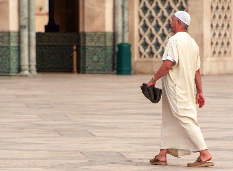 Un marroquí se dirige a rezar en Casablanca | Foto: Cuivie en Pixabay