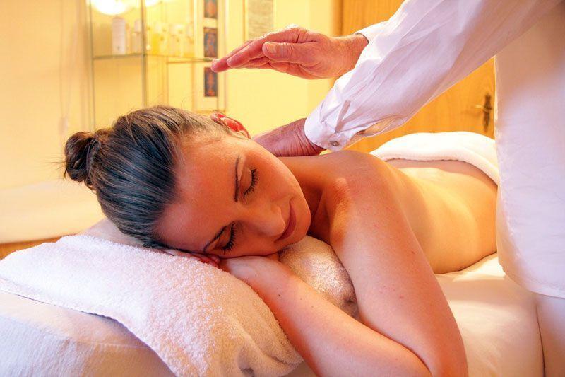 Tratamiento de salud, mediante masaje, en un spa   Foto: rhythmuswege en Pixabay