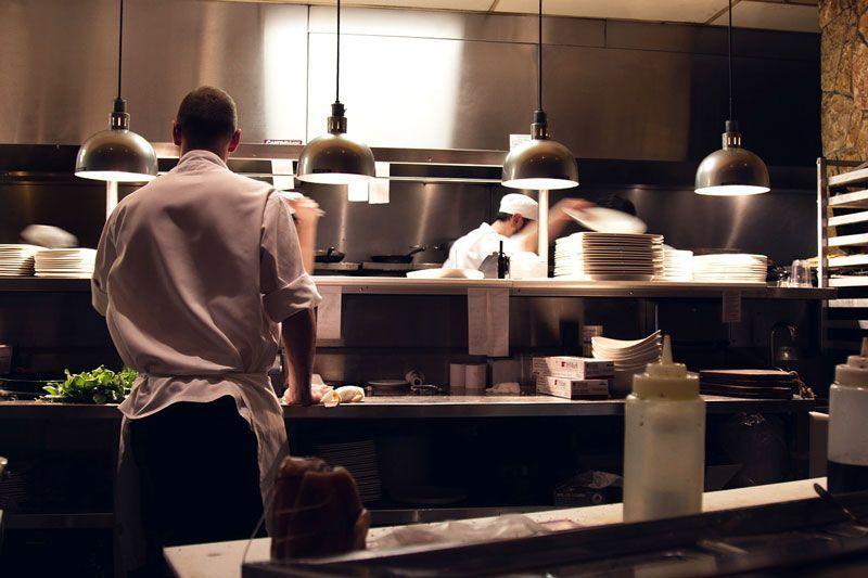 Cocineros trabajando en un restaurante | Foto: Unsplash para Pixabay