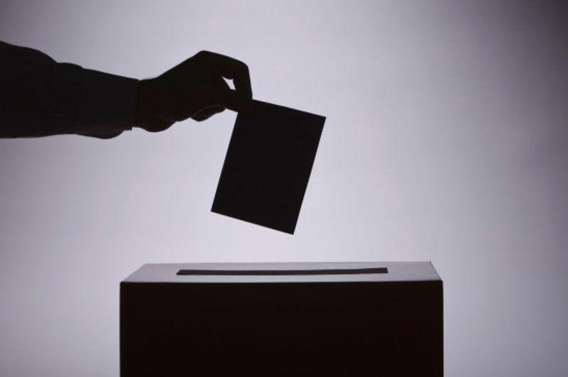 Voto que se va a depositar en una urna