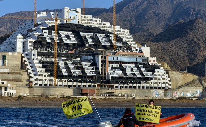 Hotel del Algarrobico, declarado ilegal por múltiples sentencias judiciales, con activistas de Greenpeace protestando | Foto: Greenpeace