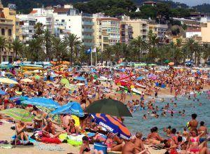 El coronavirus tiene difícil sobrevivir en la arena y el agua de playas y piscinas