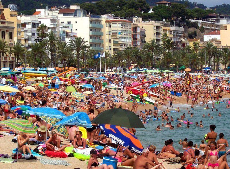 Una playa en la provincia de Gerona durante el verano | Foto: David Fernández