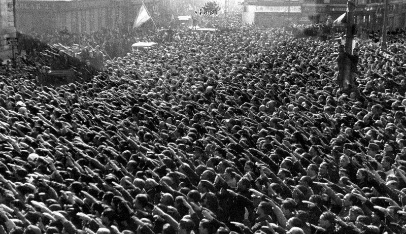 Ciudadanos de Madrid realizan el saludo fascista tras el fin de la guerra civil y la entrada de las tropas vencedoras a finales de marzo de 1939 | Foto: Ortiz
