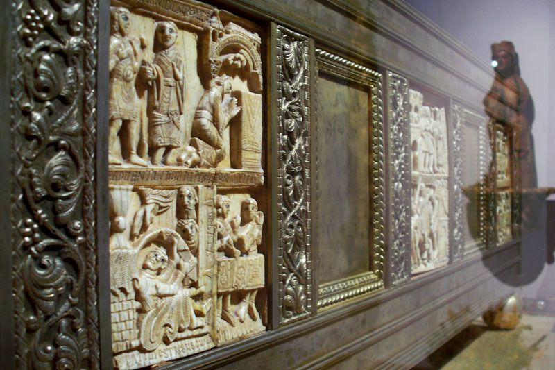 Arca con las reliquias de San Millán en el Monasterio de Yuso: detalle de las placas de marfil que la adornan | Foto: David Fernández