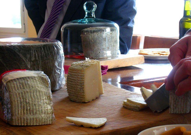 Lo ideal es cortar el queso curado camerano a temperatura ambiente | Foto: Beatriz de Lucas para Viajesdeprimera.com