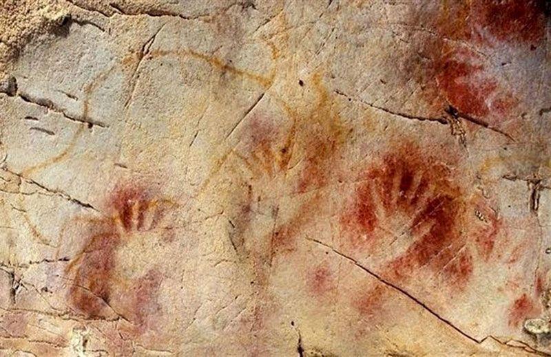 Manos en la cueva de El Castillo   Foto: Sociedad Prehistórica de Cantabria