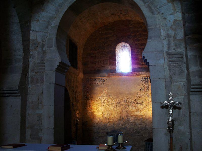 Altar y pintura protorrománica de la iglesia de Wamba | Foto: David Fernández