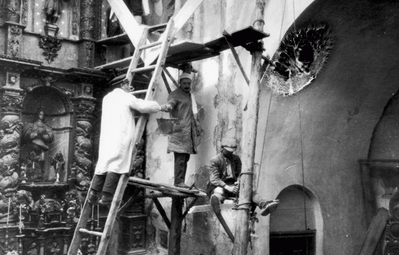Tareas de conservación de pinturas románicas en Cataluña, entre 1919 y 1923 | Foto: Museo Nacional de Arte de Cataluña