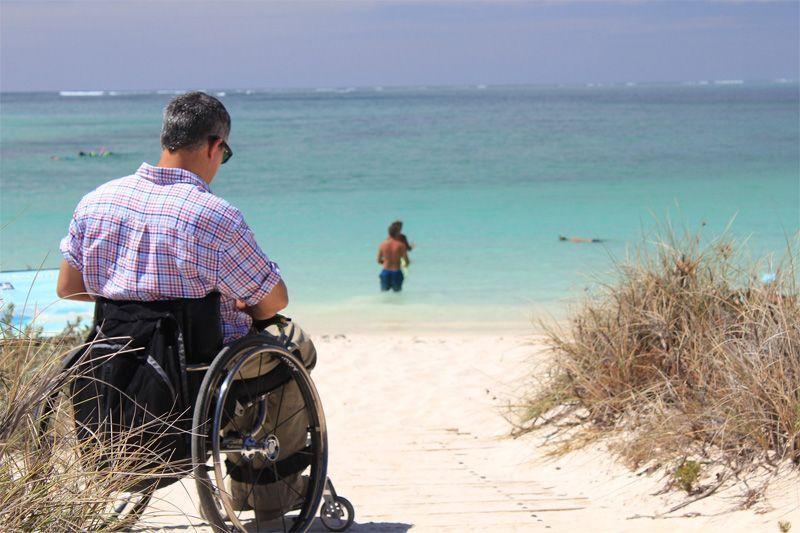 Vacaciones en silla de ruedas   Foto: LonelyTaws para Pixabay
