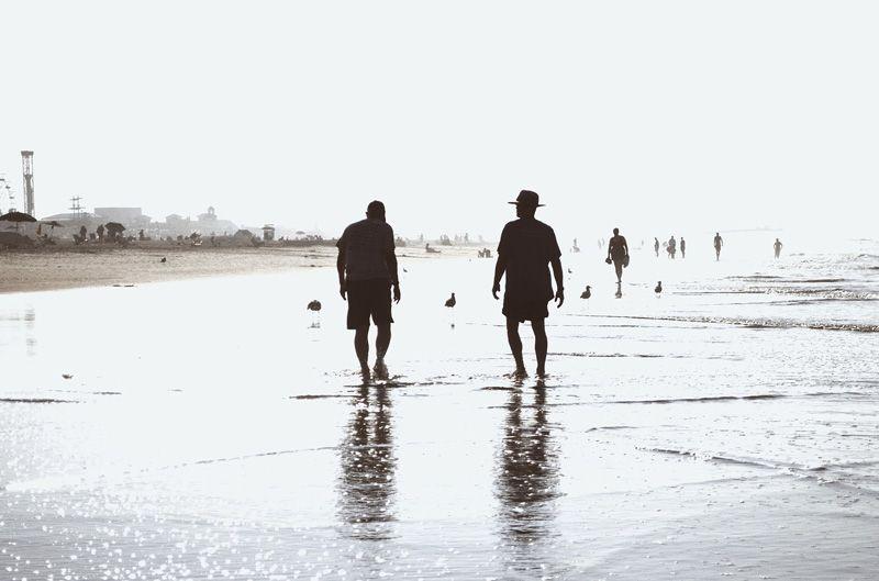 Paseo por la playa de dos jubilados | Foto: Alehidalgo para Pixabay