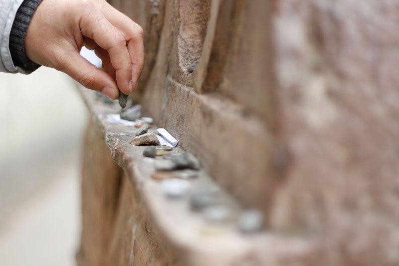 Deseos y peticiones en el cementerio judío de Praga | Foto: Benjamín Peña para Viajes de Primera