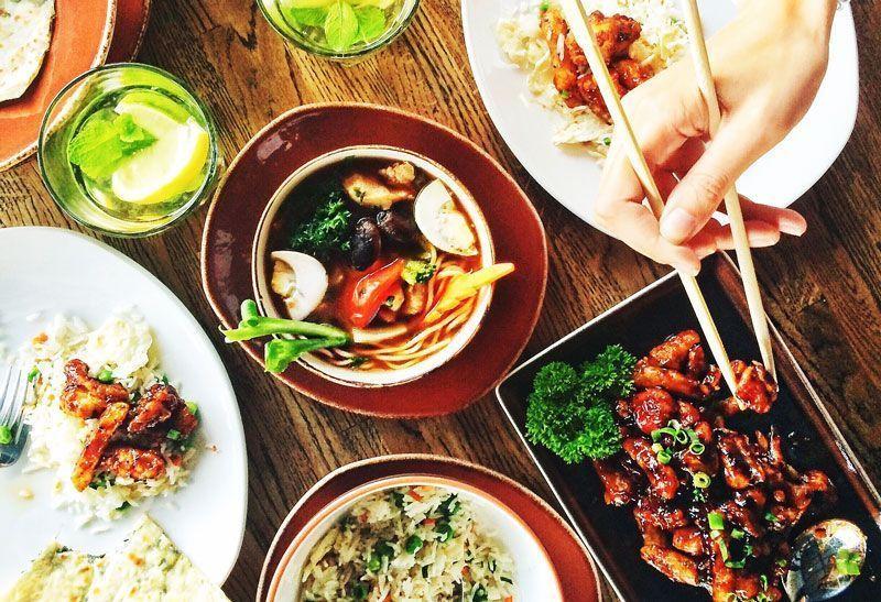 Mesa con comida asiática   Foto: karriezhu para Pixabay