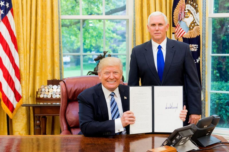 Donald Trump, presidente de los EEUU, y Mike Pence, vicepresidente, en el despacho oval | Foto: White House