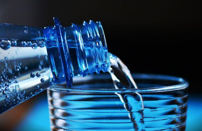 Botella de agua y vaso de plástico | Foto: Congerdesign para Pixabay