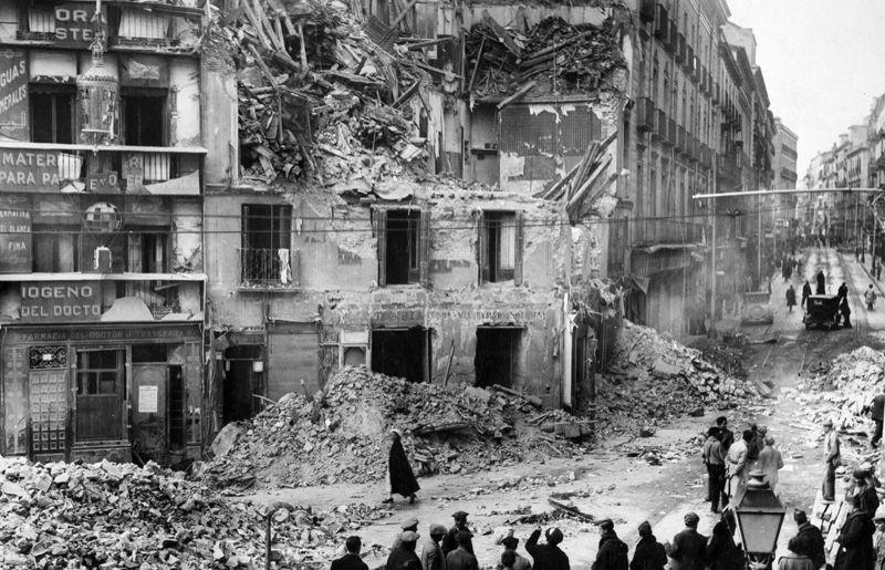 Bombardeo en la plaza de Antón Martín | Foto: Juan Pando Barrero, derechos para el Museo de Arte Reina Sofía