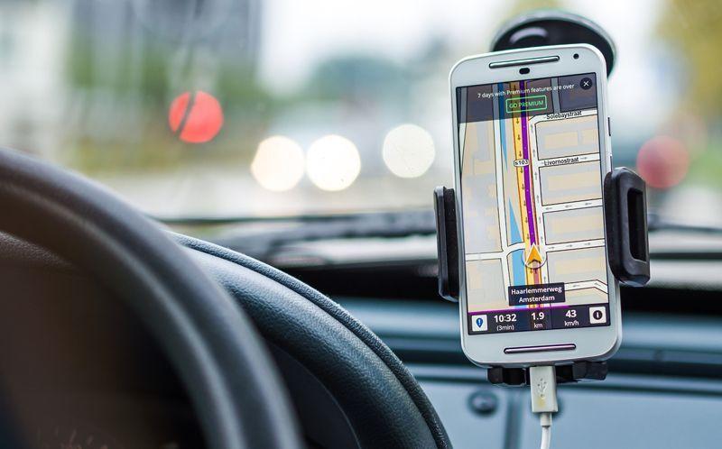 Conducción en un coche con GPS | Foto: DariuszSankowski para Pixabay
