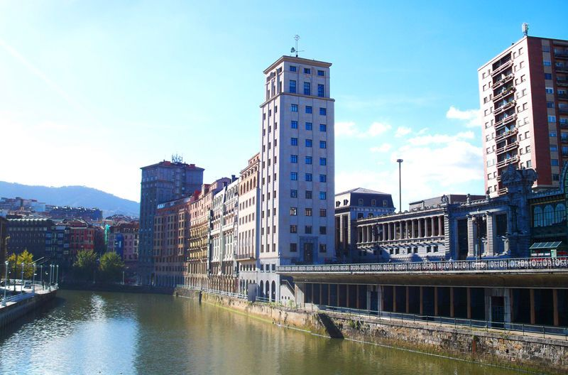 Otra vista de la ría del Nervión, en Bilbao, desde el puente del Arenal | Foto: David Fernández