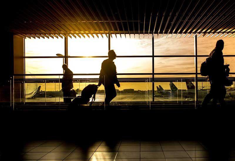 Viajes de negocios en un aeropuerto