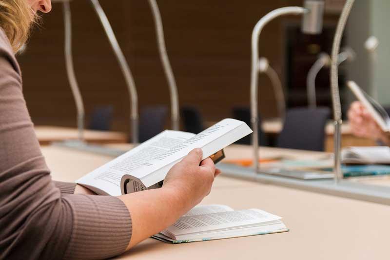 Estudio en una biblioteca | Foto: Pixabay