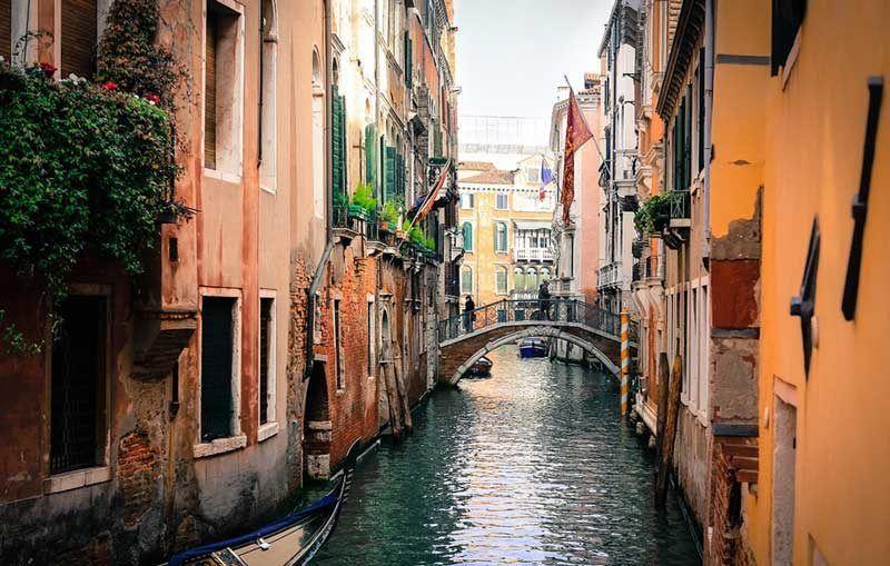 Uno de los canales estrechos de Venecia | Foto: Pixabay