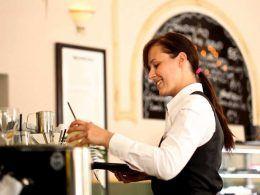 Camarera en un bar | Foto: Pixabay